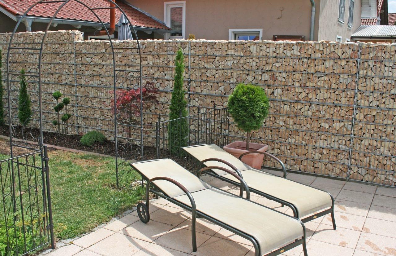 Gabionenmauer als Sichtschutz