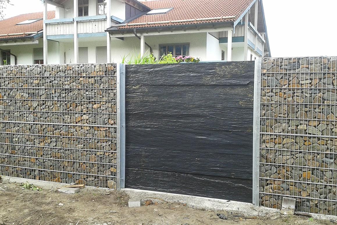 Gabionenwand mit Schieferplatten