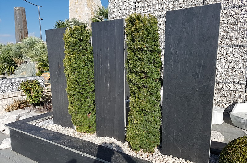 Schieferplatten mit Grünpflanzen