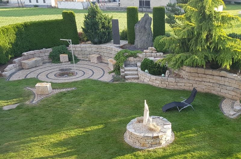 Gartenbereich mit Grill- und Feuerstelle
